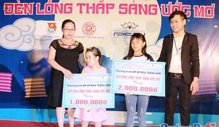 quy-tu-thien-long-den-thap-sang-uoc-mo-trao-tien-ho-tro-cho-tre-em-ngheo-2